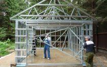 Строительство каркасного дома из металлопрофиля своими руками. Преимущества и технология возведения