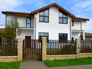 Каркасный дом с забором