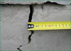 Исследование фундамента в деревянном доме и обнаружение причин повреждения
