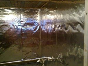 Монтаж термоизоляции с фольгой для бани 3