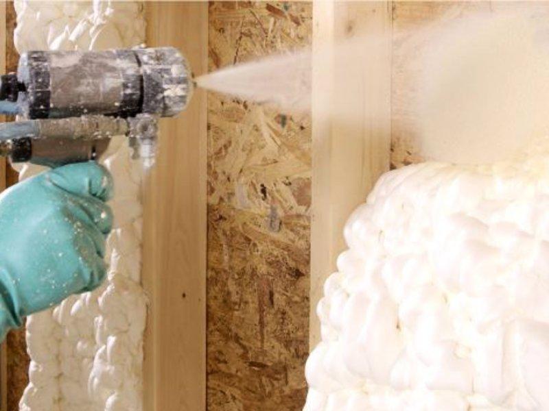Нанесение жидкого пенопласта на стены каркасного дома