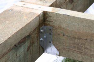 Пример фиксации лаг. Саморезы при короблении влажной доски лопаются