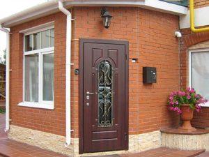 Устройство входных дверей со стеклопакетом для загородных домов