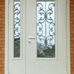 Входные двери для домов и коттеджей со стеклопакетом - один из вариантов