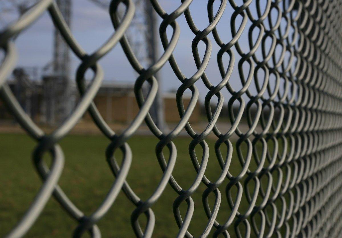 Забор из металлической сетки-рабицы: характеристики и технология монтажа