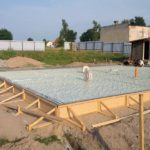Заливка монолитно плитного фундамента для дома