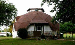 Здание в виде шатра – непривычная изюминка ландшафта
